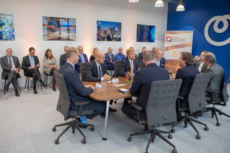 Dutch Data Center Association verwelkomt Koning Willem-Alexander tijdens werkbezoek in datacenter Schiphol-Rijk