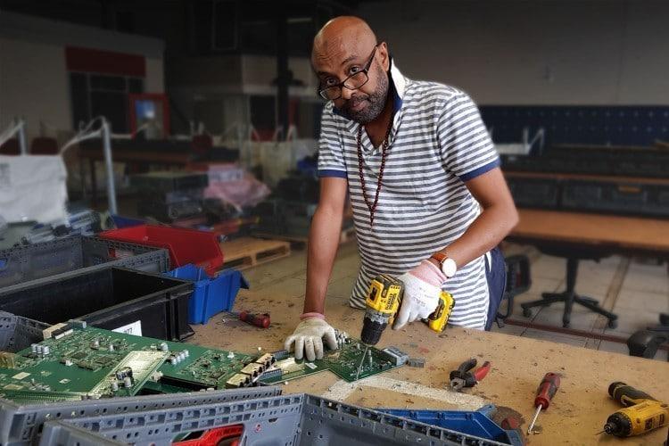Kwetsbaren demonteren e-waste voor Krommenhoek Metals